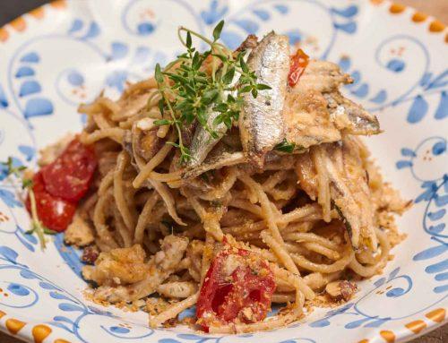 Spaghetti con pomodorini, acciughe del Mar Cantabrico e capperi